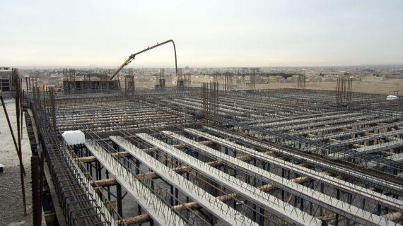 بتن حجیم چیست و بتن ریزی در ساختمان ها ، دیوارهای حائل و پلها چگونه انجام میشود؟