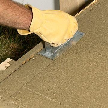 تنظیم کردن بتن به کمک ماله فلزی در جریان بتن ریزی پلکان