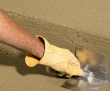برداشتن قالب چوبی و اصلاح نهایی در جریان بتن ریزی پلکان