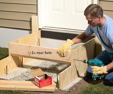 تکمیل قالب چوبی در جریان بتن ریزی پلکان