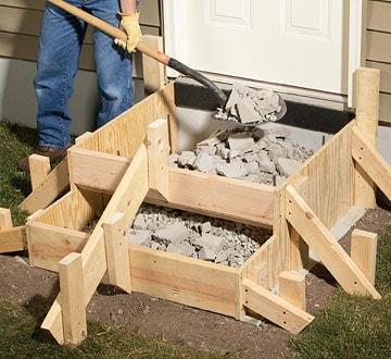 ریختن نخاله در قالب چوبی در جریان بتن ریزی پلکان